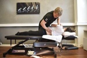 Behandling av ländryggen. Förbättring av dess funktion är en förutsättning för ljumskens läkning (öm ryggen är en (del-) orsak till smärtan.