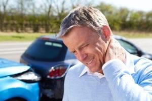 en bilförare känner akut nacksmärta